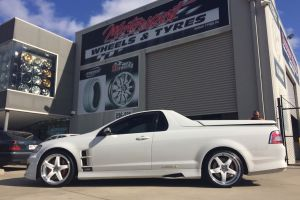 HSV VE MALOO with HR RACING R1'S      HOLDEN